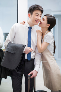 Young woman giving her husband a goodbye kissの写真素材 [FYI02225296]
