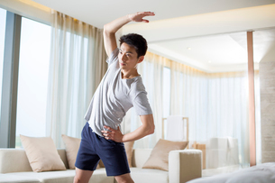 Young man exercising at homeの写真素材 [FYI02225297]