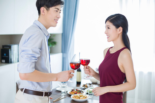 Romantic young couple toasting with red wineの写真素材 [FYI02225316]