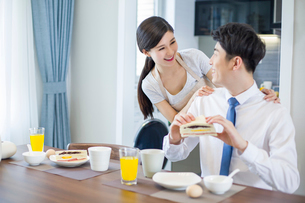 Young woman making breakfast for husbandの写真素材 [FYI02225318]