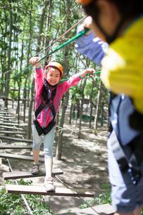 Happy children playing in tree top adventure parkの写真素材 [FYI02225363]