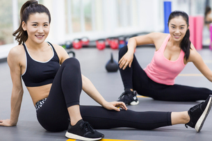 Young women resting at gymの写真素材 [FYI02225370]
