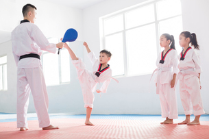 Young instructor teaching children Tae Kwon Doの写真素材 [FYI02225429]