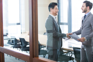Business people shaking handsの写真素材 [FYI02225433]