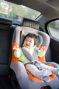 Cute baby sitting in car back seatの写真素材 [FYI02225446]
