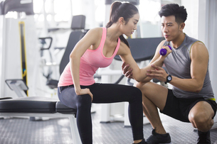 Young woman working with trainer at gymの写真素材 [FYI02225467]