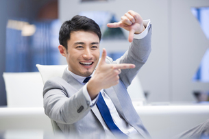 Young businessman resting in officeの写真素材 [FYI02225481]