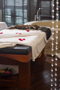 Rose petals on massage tableの写真素材 [FYI02225485]