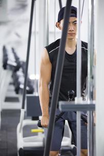 Young man exercising at gymの写真素材 [FYI02225505]