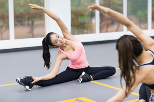 Young women practicing yoga at gymの写真素材 [FYI02225526]