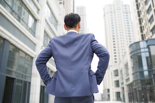 Confident businessman looking at viewの写真素材 [FYI02225527]