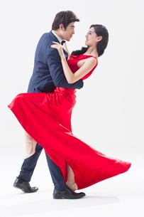 Elegant young Chinese couple dancingの写真素材 [FYI02225531]