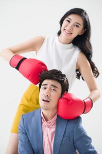 Humorous young Chinese coupleの写真素材 [FYI02225541]