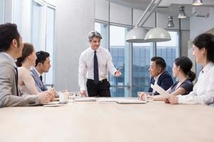 Business people having meeting in board roomの写真素材 [FYI02225544]