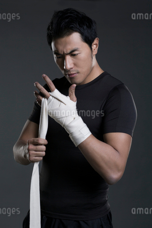 Boxer wrapping handsの写真素材 [FYI02225546]