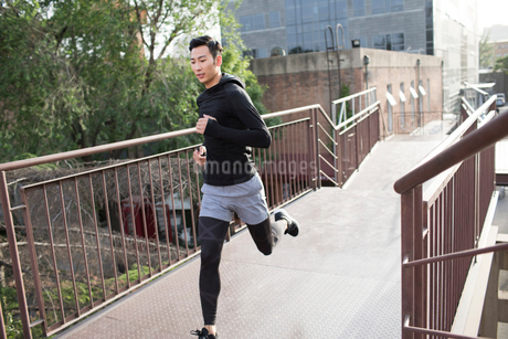 Young Chinese man jogging outdoorsの写真素材 [FYI02225550]
