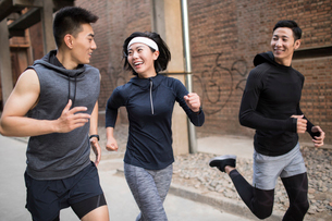 Young Chinese friends jogging outdoorsの写真素材 [FYI02225562]