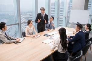 Business people having meeting in board roomの写真素材 [FYI02225597]