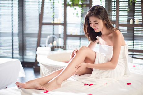 Beautiful young woman relaxing on massage tableの写真素材 [FYI02225609]