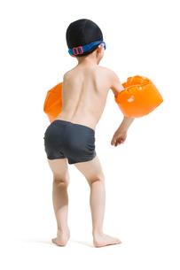 Cute boy in swimsuit with water wingsの写真素材 [FYI02225631]