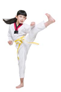 Cute girl practicing Tae Kwon Doの写真素材 [FYI02225635]