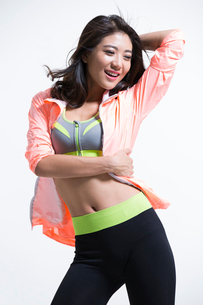 Cheerful young Chinese female athleteの写真素材 [FYI02225677]