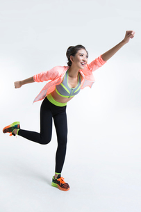 Cheerful young Chinese female athleteの写真素材 [FYI02225738]