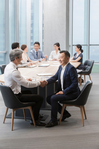 Business people having meeting in board roomの写真素材 [FYI02225743]