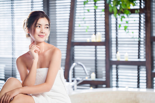 Beautiful young woman wrapped in towelの写真素材 [FYI02225753]