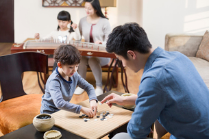 Young father and son exercising at homeの写真素材 [FYI02225761]