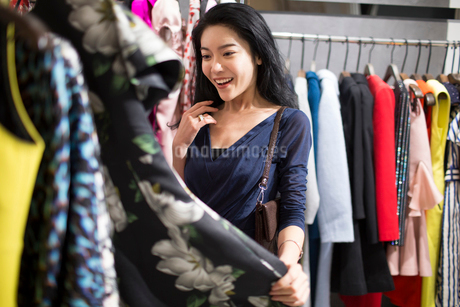 Young Chinese woman shopping in clothing storeの写真素材 [FYI02225770]