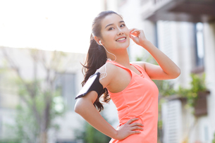 Happy young woman exercising in the morningの写真素材 [FYI02225776]