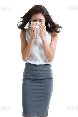 Young businesswoman blowing noseの写真素材 [FYI02225777]