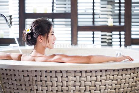 Beautiful young woman in bathtubの写真素材 [FYI02225795]