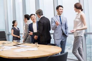 Business people talking in meeting roomの写真素材 [FYI02225818]