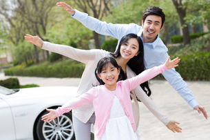 Portrait of happy young familyの写真素材 [FYI02225839]
