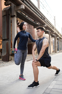 Young Chinese couple exercising outdoorsの写真素材 [FYI02225848]