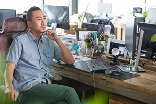 Designer thinking in the officeの写真素材 [FYI02225861]
