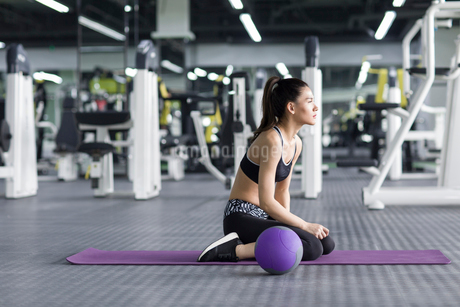 Young woman exercising with medicine ball at gymの写真素材 [FYI02225880]