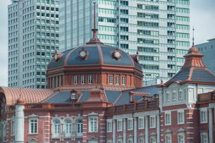 東京駅北口ドームとビルの写真素材 [FYI02225899]