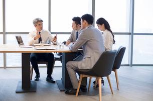 Business people having meeting in board roomの写真素材 [FYI02225900]