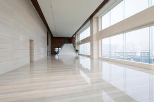 Modern office building hallwayの写真素材 [FYI02225906]