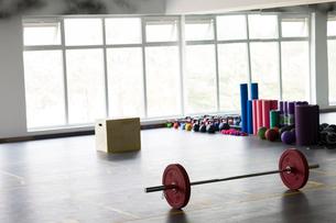 Exercise equipment in gymの写真素材 [FYI02225913]