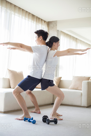Young couple exercising at homeの写真素材 [FYI02225955]