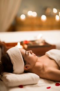 Beautiful young woman relaxing on massage tableの写真素材 [FYI02225968]