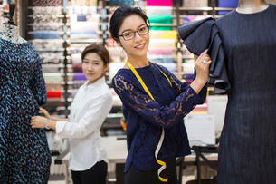 Confident Chinese fashion designers workingの写真素材 [FYI02225991]