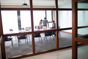 Business people talking in meeting roomの写真素材 [FYI02226004]