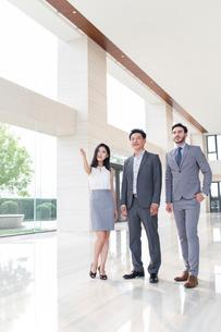 Businessmen and businesswoman talkingの写真素材 [FYI02226020]