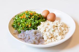 Tofu, egg, caraway and shrimpの写真素材 [FYI02226033]