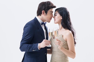 Elegant young Chinese couple drinking champagneの写真素材 [FYI02226045]